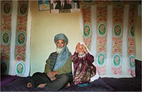 12-летная девочка вместе со своим  55-летним мужем, у него  уже есть одна жена и 4 детей. Фото: blog.sohu.com