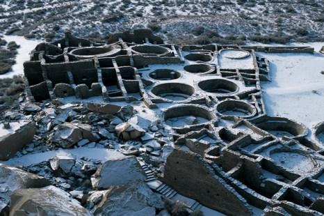 Поселок-дворец Пуэбло-Бонито, национальный исторический парк культуры чако в Нью-Мексико. В январе 1941 г. часть каньона, известная под названием «угрожающая скала» разрушилась, в результате чего рухнула западная стена сооружения и пострадала часть комнат. Фото: Jake Rajs