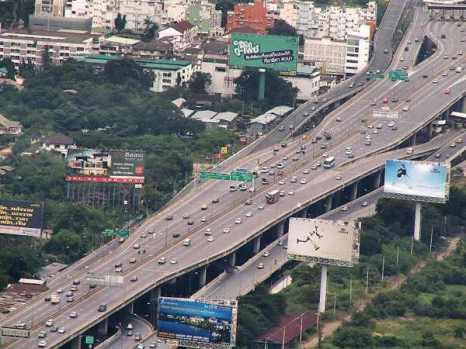 Если не вдаваться в подробности о том, где расположен мост, то самым длинным мостом должна считаться магистраль Банг На в Таиланде. В реалиях Банг На является надземным сооружением мостового типа.Фото: bigpicture.ru