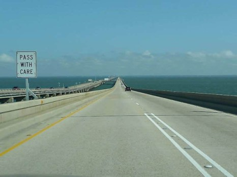 Самый длинный в мире мост-дамба расположен в США и проходит через озеро Понтчартрейн, штат Луизиана.  Мост состоит из двух самостоятельных дорог. Та, что длиннее – 38 километров и 420 метров. Общее число бетонных свай моста превышает 9 000!Фото: bigpicture.ru