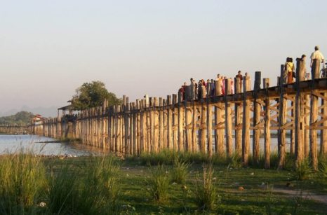 Самый длинный деревянный мост в мире находится в Мьянме и называется У Бейн. Он был построен в далеком 1849-м году, а длина его составляет 1,2 километра.Фото: bigpicture.ru