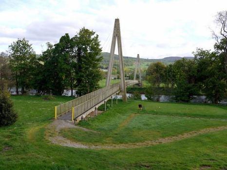 Забавный самый длинный мост из пластика находится в шотландском городке Аберфелди и ведет в местный гольф-клуб. Общая длина моста Wade – 113 метров. Фото: bigpicture.ru