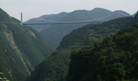 Виадук Мийо считался самым высоким, пока в Китае  не построили мост Si Du River Bridge через реку Сидухэ. Он поднят на высоту 472 метра, при общей длине 1222 метра.Фото: bigpicture.ru