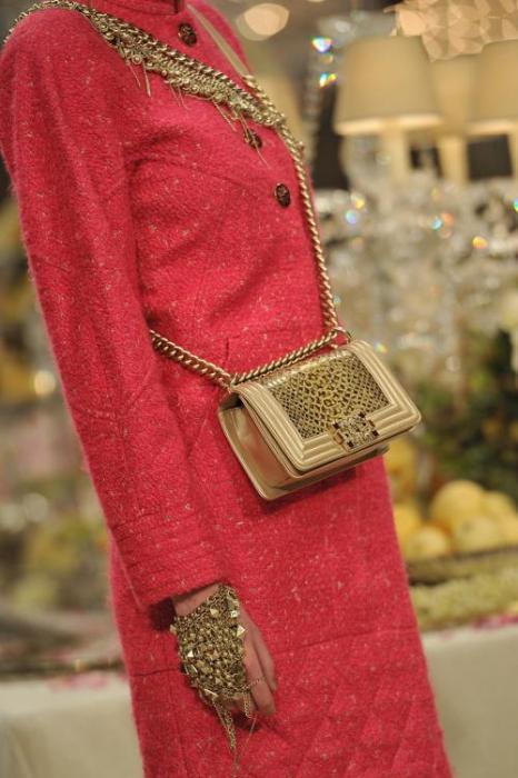Модель на показе Chanel носит слейв-браслет. Фото: Pascal Le Segretain/Getty Images