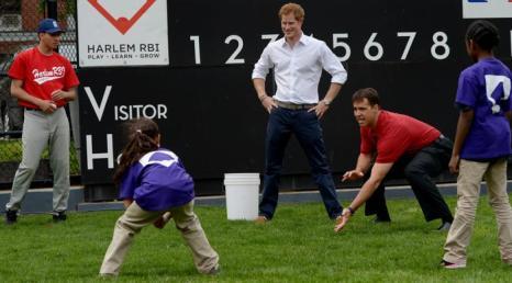 Принц Гарри сыграл в бейсбол с школьниками в районе Гарлем Нью-Йорка. Фото: Justin Lane - Pool/Getty Images