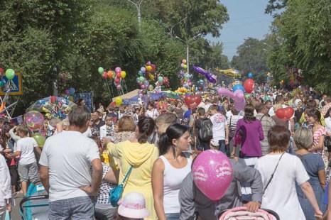 В ожидании карнавального шествия декорированных автомобилей. Фото: Сергей Тугужеков/Великая Эпоха (The Epoch Times)