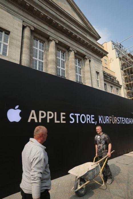 В бывшем кинотеатре Haus Wien в Берлине в скором времени откроется фирменный магазин Apple Store. На чёрной стене перед зданием открыли логотип Apple 22 апреля 2013 г. Фото: Sean Gallup/Getty Images