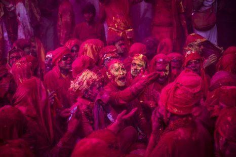Фестиваль красок Холи празднуют в деревне Барсана в Индии 21 марта 2013 г. Фото: Daniel Berehulak/Getty Images
