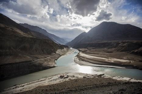 Слияние рек Инд (слева) и Занскар поблизости от столицы Ладака Ле. Фото: Daniel Berehulak/Getty Images