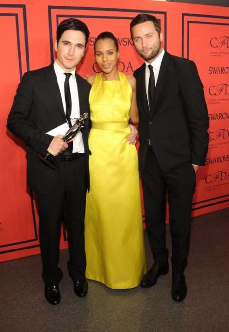 Лучшими дизайнерами женской одежды в 2013 году были признаны Джек Маккаллоу и Лазаро Эрнандес, с ними Керри Вашингтон на вручении Премии моды CFDA Fashion Awards 2013 в Нью-Йорке. Фото: Jamie McCarthy/Getty Images