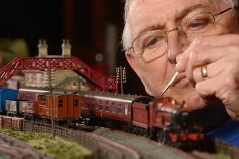 Инженеры готовятся к открытию выставки железнодорожных моделей в Глазго 21 февраля 2013 года. Фото: Jeff J Mitchell/Getty Images