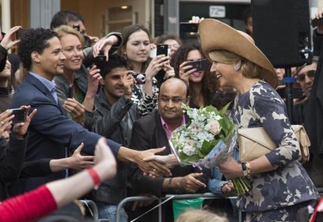 Новый король Нидерландов Виллем-Александр и его супруга королева Максима совершили поездку в провинции. Фото: Michel Porro/Getty Images