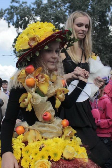 Юная участница дефиле цветочных платьев со своей мамой-флористом. Фото: Николай Карпов/Великая Эпоха (The Epoch Times)