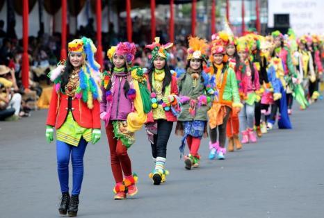 Двенадцатый карнавал моды «Джембе» прошёл на улицах города Джембе сегодня. Фото: Robertus Pudyanto/Getty Images