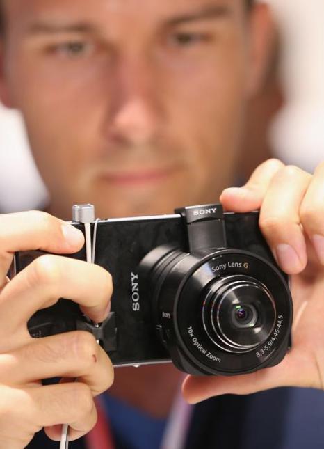 Компания Sony представила накладную камеру для смартфона на открывшейся 53-й международной выставке бытовой электроники IFA 2013 в Берлине 5 сентября 2013 года. Фото: Sean Gallup/Getty Images