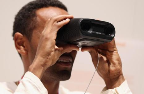 Цифровой записывающий бинокль Sony на открывшейся 53-й международной выставке бытовой электроники IFA 2013 в Берлине 5 сентября 2013 года. Фото: Sean Gallup/Getty Images