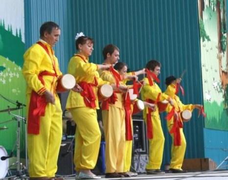 Открытие концертной программы - марш барабанщиков, исполненый в китайских костюмах. Фото: Ульяна Ким/Великая Эпоха