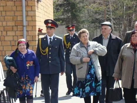 Встреча курсантами прибывших на праздник ветеранов-красноярцев. Фото: Александр Куликовский