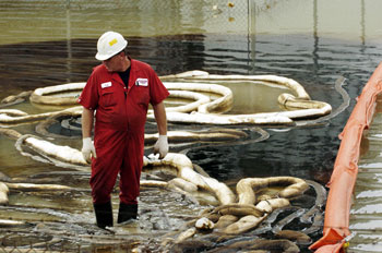 Добыча нефти. Фото: STAN HONDA /Getty Images