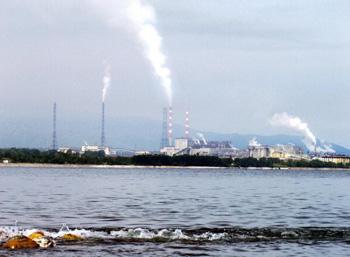 В сутки БЦБК выбрасывается одна тонна «дурнопахнущих» веществ в районе Байкала, которая ощущается на расстоянии до 70 км. Фото: STRINGER/AFP/Getty Images