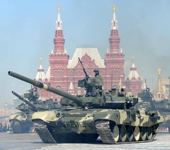 9 мая британские солдаты пройдут по Красной площади. Прошлогодний военный парад 9 мая был самым крупным с момента распада СССР по числу участников - 9 тысяч человек и 100 боевых машин. Фото:  DMITRY KOSTYUKOV/AFP/Getty Images