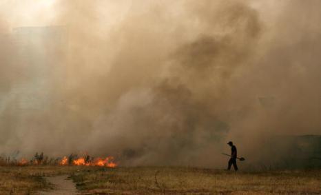 Жертвами лесных пожаров в Воронеже стали пять человек.  Пожар в Выксунском районе в Нижегородской области угрожает распространиться на шесть  населенных пунктов. Фото: ARTYOM KOROTAYEV/AFP/Getty Images