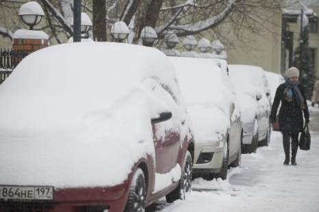 Снегопад в Москве. Фоторепортаж с улиц столицы. Фото: NATALIA KOLESNIKOVA, ANDREY SMIRNOV /AFP/Getty Images