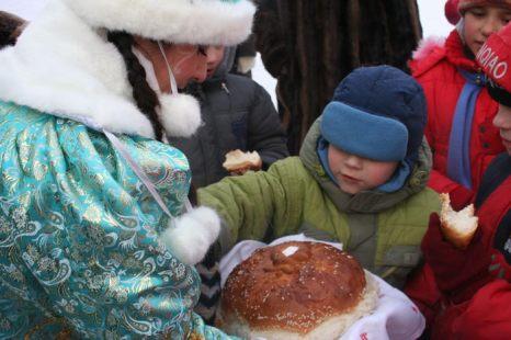 Дед Мороз угощает всех! Фото: Оксана Торбеева/Великая Эпоха (The Epoch Times)