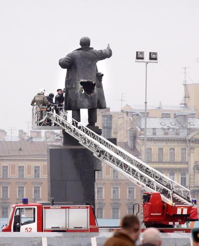 Памятник Ленину в очередной раз взорвали в пригороде Петербурга. Ремонт памятника Ленина, который был поврежден взрывом 1 апреля 2009 года в Санкт-Петербурге. Фото: ELENA PALM/AFP/Getty Images