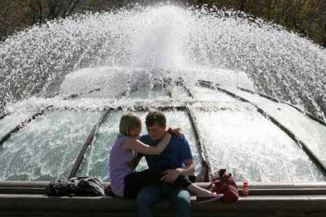В Москве начинаются пробные пуски фонтанов. Фото: Alexey SAZONOV/AFP/Getty Images