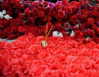 «Вахта памяти 2013» в Санкт-Петербурге началась с захоронения останков восьми бойцов. Фото: OLGA MALTSEVA/AFP/Getty Images
