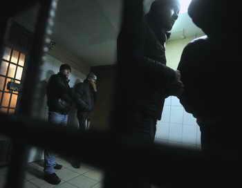 На рынке «Апраксин двор» в Петербурге задержаны 150 мигрантов.  Фото: ANDREY SMIRNOV/AFP/Getty Images