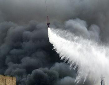 Тушение пожара. Фото: VLADIMIR SUVOROV/AFP/Getty Images