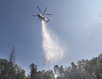Вертолёт задействован в тушении пожара. Фото: Alexey SAZONOV/AFP/Getty Images