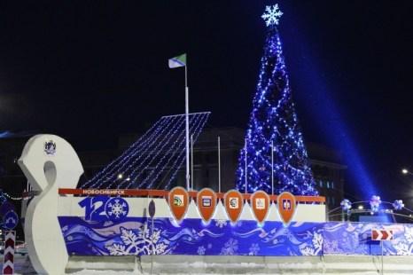 Открытие главной ёлки в Новосибирске. Ограждение катка и ёлки от проезжей части выполнено в виде ладьи. Фото: Сергей Кузьмин/Великая Эпоха (The Epoch Times)