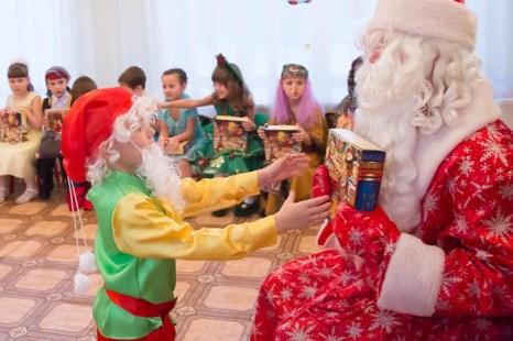 Вот он – долгожданный подарок! Новогодний утренник в детском саду. Фото: Сергей Лучезарный/Великая Эпоха (The Epoch Times)