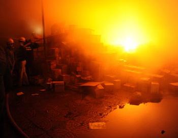 Пожар на складе. Фото: SAM PANTHAKY/AFP/Getty Images