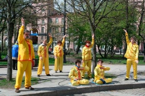 День рождения Фалунь Дафа отмечают последователи Фалуньгун в Санкт-Петербурге. Фото: Лариса Демченко/Великая Эпоха (The Epoch Times)