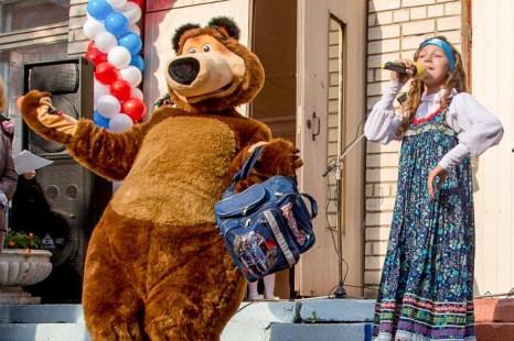 Поздравления от Маши и медведя. Фото: Сергей Лучезарный/Великая Эпоха (The Epoch Times)
