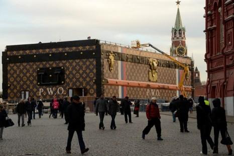 На Красной площади сооружён павильон-сундук. Фото: KIRILL KUDRYAVTSEV/AFP/Getty Images
