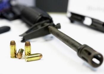 Жители Челябинской области  добровольно сдают оружие государству. Фото: T.J. Kirkpatrick/Getty Images