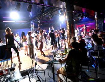 В Санкт-Петербурге детям до 18 лет запретили ходить в бары по ночам. Фото: Uriel Sinai/Getty Images