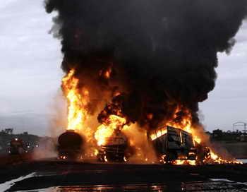 На 34-м километре Дмитровского шоссе бензовоз, полный топлива, столкнулся с двумя гружёными фурами, в результате чего топливо разлилось и произошло возгорание. Фото: PIUS UTOMI EKPEI/AFP/Getty Images