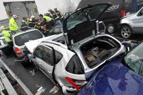 ДТП. Более шести часов полицейские разбирались в причинах и последствиях аварии и разбирали завалы из искореженных автомобилей. Движение автомобильного транспорта было возобновлено полноценно только в начале двенадцатого ночи. Фото: FABRICE COFFRINI/AFP/Getty Images