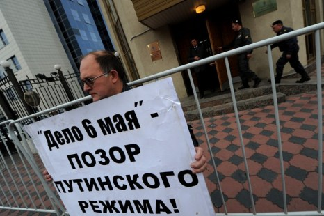 Одиночный пикет против ареста узников «болотного дела» возле здания Федерального Следственного комитета в Москве, 27 сентября 2012 года. Фото: ANDREY SMIRNOV/AFP/GettyImages