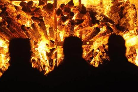 Из-за горящих цистерн 400 человек были эвакуированы. Фото: SEBASTIEN BOZON/AFP/Getty Images