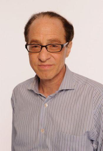 Изобретатель д-р Рэй Курцвейл, чья теория вживления компьютерных чипов непосредственно в тело человека была претворена в жизнь д-ром Марком Гассоном. Однако этот чип в руке Гассона был заражен вирусом. (Ларри Бузакка/Getty Images)