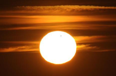 Фотографии  транзита Венеры по диску Солнца с  разных точек Земли. Фоторепортаж. Фото: SAID TED ALJIBE, JACK GUEZ, KHATIB/AFP/GettyImages