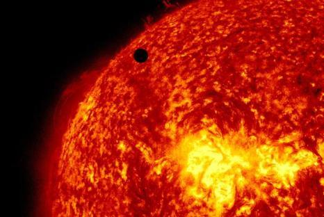 Транзит Венеры по диску Солнца на фото  NASA. Фоторепортаж. Фото: SDO/NASA via Getty Images