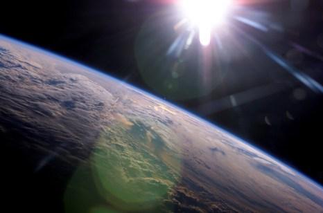 Космос не выглядит голубым, потому что там нет достаточно молекул, чтобы рассеивать голубой свет по направлению к смотрящему. Фото: NASA